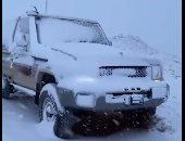 شاهد.. مدينة تبوك السعودية تكتسى باللون الأبيض جراء هطول الثلوج