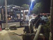 صور.. استمرار إصلاح كسر خط مياه كورنيش أسوان وشلل بالحركة المرورية