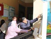 محافظ كفر الشيخ  يجرب حنفيات الحريق  بنفسه ويقرر  تكريم مدير مدرسة (صور)