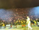 """تامر حسنى يفتتح حفله بالسعودية بأغنية """"حلو المكان"""" وسط 40 ألف متفرج"""