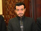 فيديو.. انهيار وبكاء إيهاب توفيق أثناء قراءة الفاتحة على روح والده