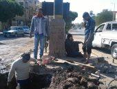 صور.. إصلاح ماسورة مياه بميدان مكتبة مصر العامة فى الأقصر وعودة المياه
