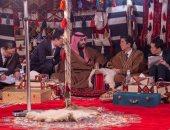 رئيس وزراء اليابان بالعباءة بصحبة الأمير محمد بن سلمان فى السعودية