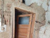العناية الإلهية تنقذ عائلتين قبل انهيار منزلهما بمدينة أرمنت فى الأقصر..صور