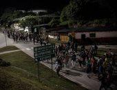 شرطة مقدونيا الشمالية تعثر على 211 مهاجرا بشاحنة قرب الحدود مع اليونان