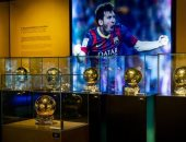 الذهبية السادسة لميسي تصل متحف برشلونة.. صور
