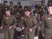 بيعيطوا وهما بيغنوا.. جنديات يغنين لزعيم كوريا الشمالية كيم جونج (فيديو)