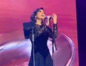 """فيديو.. أصالة تغنى """"شامخ"""" لأول مرة على المسرح بالقصيم ورسالة حب للجمهور بالختام"""
