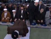 """صراع السلطة بإيران..روحانى يغادر المسجد قبل إنهاء """"خامنئى"""" الصلاة (فيديو)"""