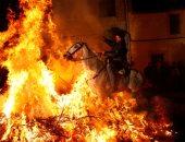 الأسبان يحتفلون بعيد القديس أنطونيوس بالفروسية فوق النار