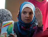خيمة وقصاصات ورق.. الأطفال السوريون حريصون على التعلم داخل المخيمات