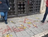 """ثورة """"البيض"""" تشتعل أمام المصارف اللبنانية احتجاجا على سياسات مصرفية.. فيديو"""