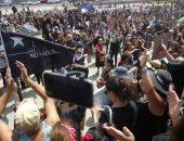 التشيليون يتظاهرون بملابس سوداء ضد حكومة بينيرا وانتهاكات الشرطة