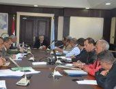 محافظ البحر الأحمر يناقش الموقف التنفيذي لمشروعات تطوير العشوائيات