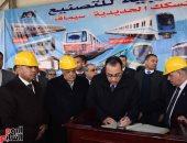 شاهد رئيس الوزراء يكتب كلمة تذكارية خلال زيارته لمصنع سيماف