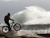"""صور .. مواطنون يغامرون بالوقوف على شاطئ برشلونيتا خلال العاصفة """"جلوريا"""""""