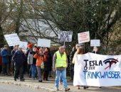 الألمان يحتجون على خطط شركة تسلا لبناء مصنع وإزالة 740 فدان من الغابات