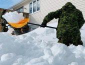 القوات الكندية تساعد السكان فى إزالة الثلوج