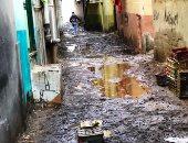 صور.. سيبها علينا.. أهالى الزعاترة بدمياط يشكون محاصرة مياه الأمطار لمنازلهم