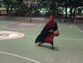 حجابها لم يمنعها.. حكاية لاعبة كرة سلة مسلمة خطفت الأنظار فى أمريكا.. فيديو