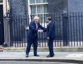 """رئيس وزراء بريطانيا يكسر البروتوكول ويخرج من بوابة """"تن دوانينج"""" لمصافحة السيسى"""