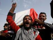 فيديو.. متظاهرون عراقيون يجبرون مسؤولا في الصحة على كتابة إستقالته