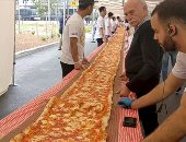 صور.. بيتزا بطول 100 متر لجمع أموال لخدمة إطفاء الحريق بإستراليا