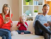 اعرف أضرار التكنولوجيا على الأطفال نتيجة استخدام الآباء الهواتف الذكية