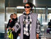 ريهانا ترتدى معطف من كريستيان ديور سعره 2950 دولارا.. صور