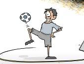 """كاريكاتير صحيفة سعودية .. لاعب كرة قدم يسقط بعد استخدام """" الفار """""""