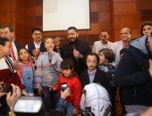 أول لقاء يجمع تامر حسنى بهايدى محمد ضحية ذا فويس كيدز.. صور وفيديو