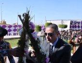 محافظ الفيوم يضع أكاليل الزهور على النصب التذكارى لشهداء الشرطة.. صور