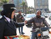 فيديو.. أمن الجيزة يحتفل بذكرى عيد الشرطة بتوزيع الحلوى والورود على المواطنين