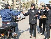 مواطنون يقدمون التهانى لرجال الشرطة.. والداخلية تستقبلهم بالورود (فيديو)