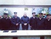صور.. أهالى القليوبية يقدمون الورود لضباط الأقسام لتهنئتهم بعيد الشرطة