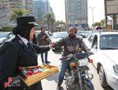 رجال الشرطة يوزعون الحلوى والورود على المواطنين فى 25 يناير