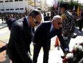 محافظ بورسعيد ومدير الأمن يضعا إكيل زهور علي نصب الجندي المجهول بعيد الشرطة.. صور