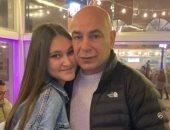 عناق وحب متبادل.. حسام حسن مع ابنته جنا بعد تناولهما وجبة شهية.. صور