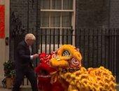 رئيس وزراء بريطانيا يحتفل برأس السنة القمرية مع تنينين.. فيديو