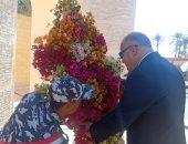 محافظ قنا يضع إكليلا من الزهور على النصب التذكارى للجندى المجهول .. صور