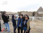 المصريون يحتفلون مع السائحين بعيد الشرطة فى منطقة آثار الهرم