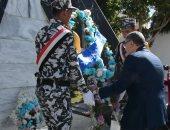صور.. محافظ المنيا يضع إكليل زهور على النصب التذكارى لشهداء الشرطة