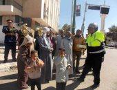 صور .. أمن الوادى الجديد يوزع الحلوى والورود على المواطنين بمناسبة احتفالات عيد الشرطة