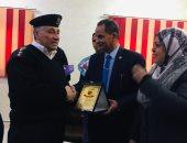 بالورود.. القيادات الشرطية تحتفل بعيدها مع المواطنين في الإسماعيلية (صور)