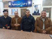 صور.. أهالى الشرقية يقدمون الورود لرجال الشرطة احتفالا بعيدهم