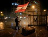 لبنانى يستخدم طفله درعًا بشرياً لمنع قوات الأمن من إخلاء ساحة التظاهر.. فيديو