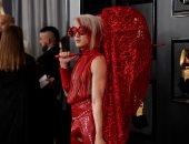 صور.. رقص وأزياء غريبة على السجادة الحمراء لحفل الـGrammy