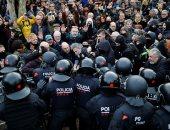 متظاهرون ينادون بالاستقلال أمام برلمان كتالونيا فى برشلونة