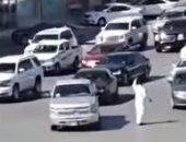 فيديو.. شابان ينظمان حركة المرور إثر عطل مفاجئ للإشارة بالرياض