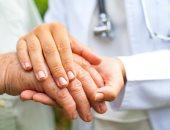 رعشة اليدين عند كبار السن لا تعنى الإصابة بالشلل الرعاش.. اعرف أسبابها